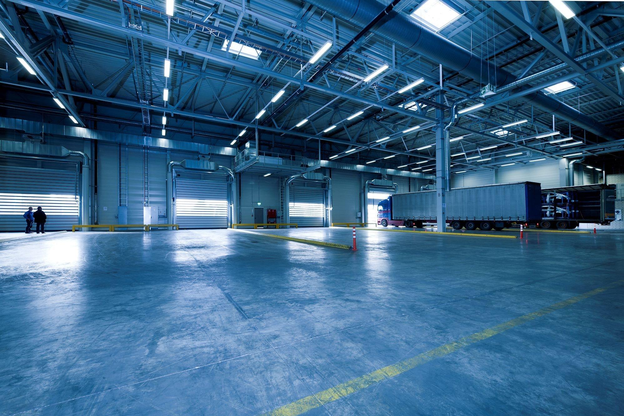 MIT LED beleuchtete Industriehalle