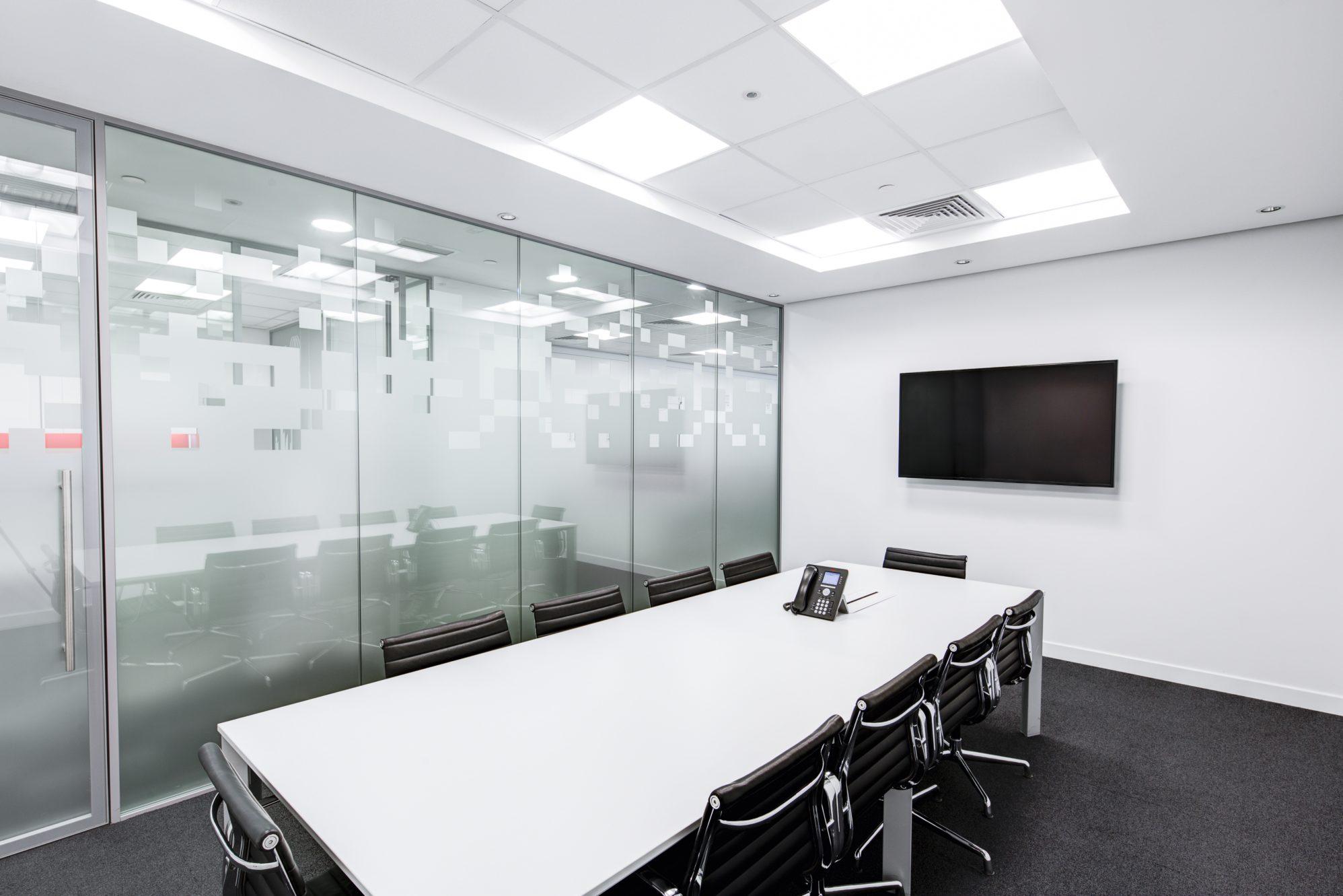 Mit LED-Panels beleuchtetes Konferenz-Zimmer
